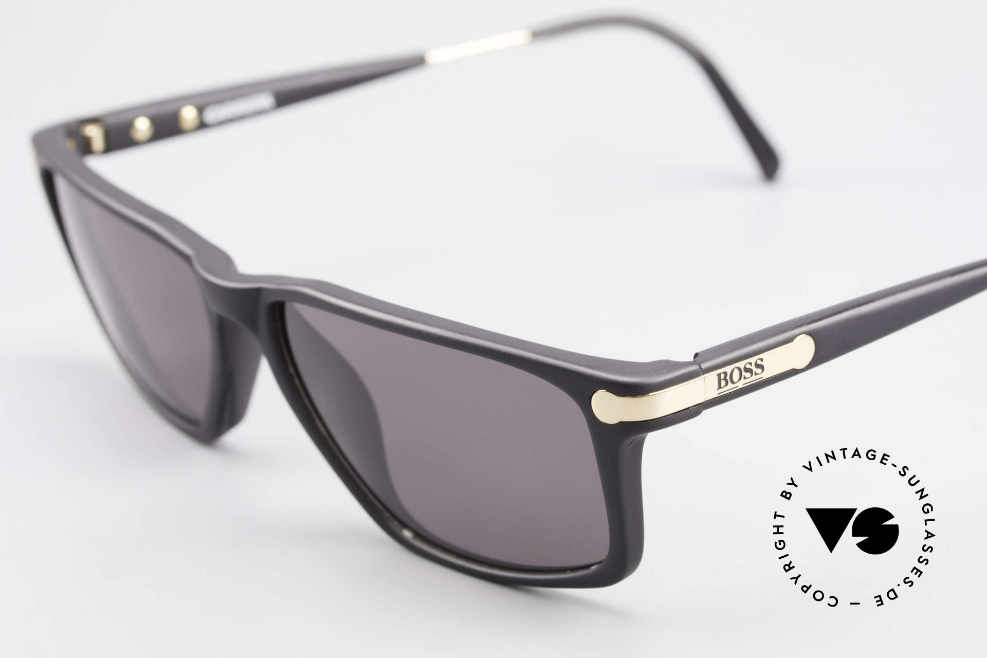 BOSS 5174 Vintage Sonnenbrille Eckig, zudem zeitlose Rahmengestaltung in schwarz & gold, Passend für Herren