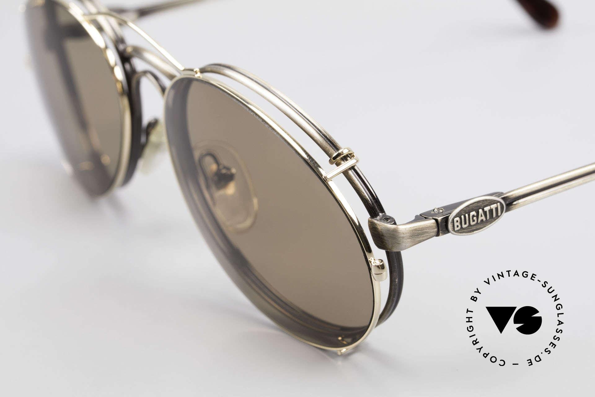 Bugatti 03323 80er Herrenbrille mit Clip On, Fassung in 'antik metall' und mit Sonnen-Clip in gold, Passend für Herren