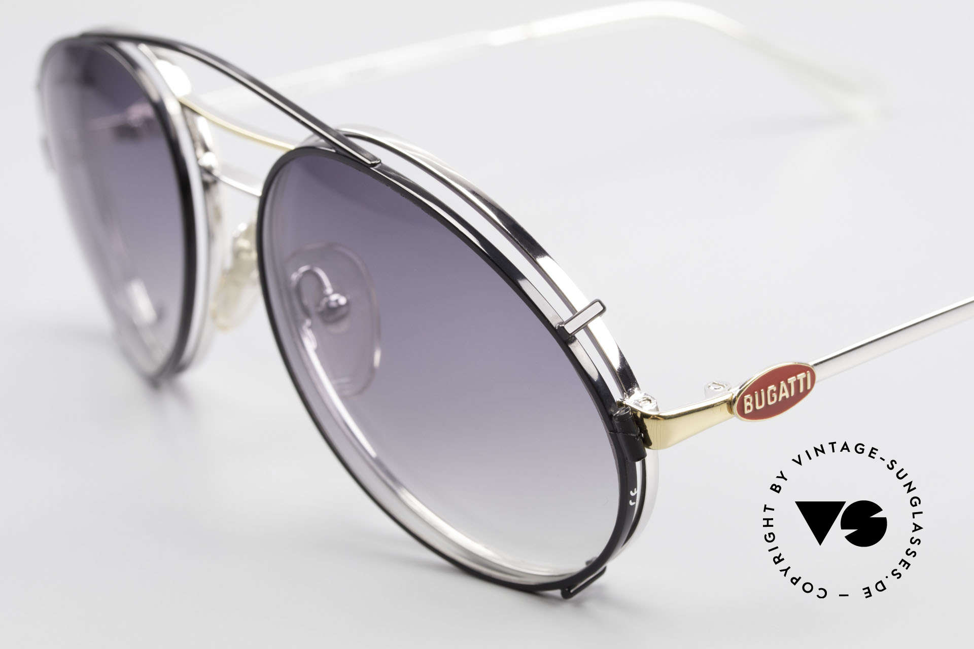 Bugatti 65984 80er Brille Mit Sonnen-Clip, toller Kontrast: silberne Fassung & schwarzer Clip, Passend für Herren